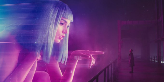 Ryan-Gosling-and-Giant-Hologram-in-Blade-Runner-2049
